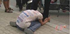 哈尔滨14岁男孩当街摸女子臀部 被抓后跪地道歉